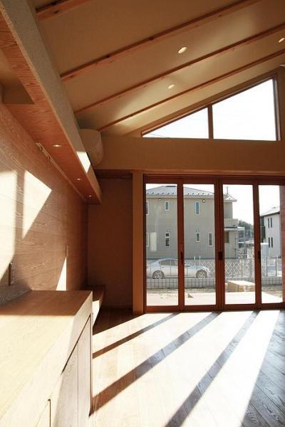 『南加木屋の住宅』〜シルエットの美しい木造2階建住宅〜 (明るい日差しの入るリビングダイニング)