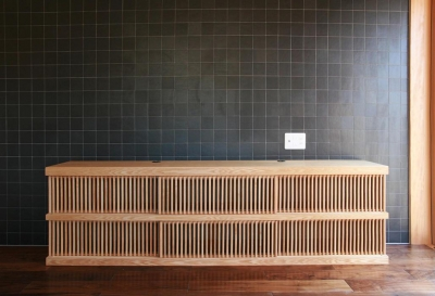 寝室のタイル壁と製作テレビボード (『南加木屋の住宅』〜シルエットの美しい木造2階建住宅〜)