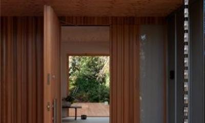 『クラノイエ』〜遊び心あるウッディな家〜 (玄関ポーチよりテラスを見通す)