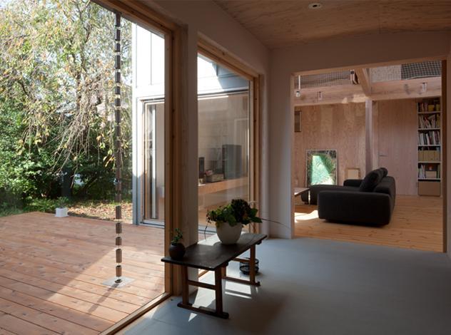 『クラノイエ』〜遊び心あるウッディな家〜の部屋 リビングとテラスにつながる玄関ホール