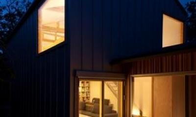 『クラノイエ』〜遊び心あるウッディな家〜 (テラス側外観-夜景)