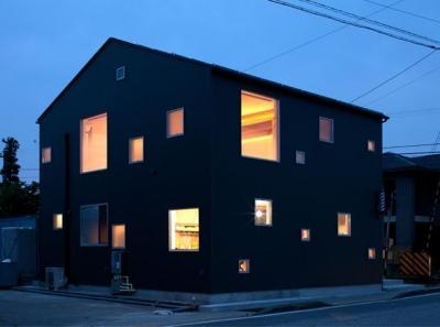 無数の窓がアクセントの外観 (『マドノイエ』~たくさんの窓がアクセント!光の集まる戸建リノベ~)