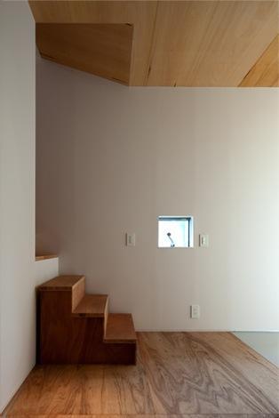 『マドノイエ』~たくさんの窓がアクセント!光の集まる戸建リノベ~の部屋 明るい階段空間