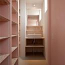 ピンクの収納棚・洗面スペース