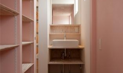 『マドノイエ』~たくさんの窓がアクセント!光の集まる戸建リノベ~ (ピンクの収納棚・洗面スペース)