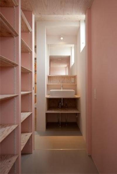 ピンクの収納棚・洗面スペース (『マドノイエ』~たくさんの窓がアクセント!光の集まる戸建リノベ~)