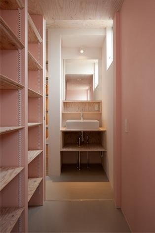 『マドノイエ』~たくさんの窓がアクセント!光の集まる戸建リノベ~の部屋 ピンクの収納棚・洗面スペース
