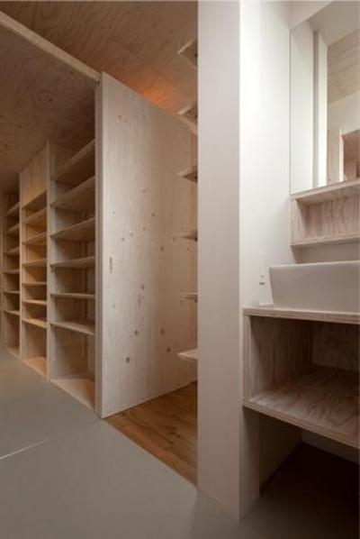 洗面スペース・収納棚 (『マドノイエ』~たくさんの窓がアクセント!光の集まる戸建リノベ~)