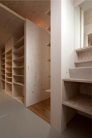 『マドノイエ』~たくさんの窓がアクセント!光の集まる戸建リノベ~の部屋 洗面スペース・収納棚