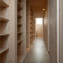 壁一面収納棚の廊下