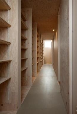 『マドノイエ』~たくさんの窓がアクセント!光の集まる戸建リノベ~ (壁一面収納棚の廊下)