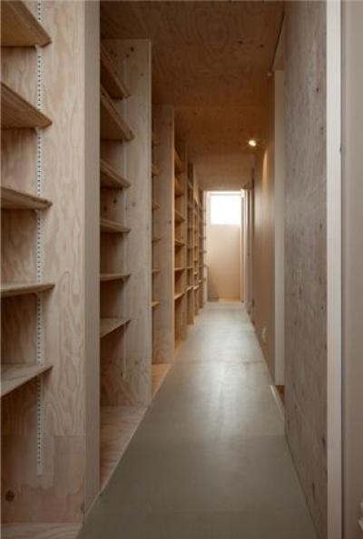 壁一面収納棚の廊下 (『マドノイエ』~たくさんの窓がアクセント!光の集まる戸建リノベ~)