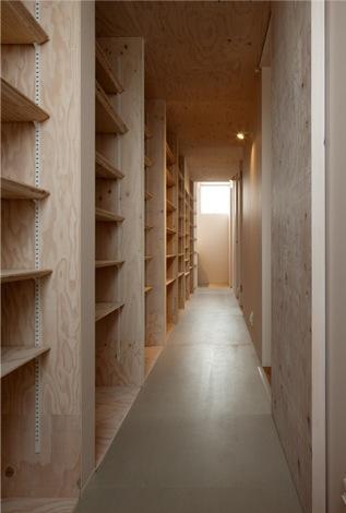 『マドノイエ』~たくさんの窓がアクセント!光の集まる戸建リノベ~の部屋 壁一面収納棚の廊下