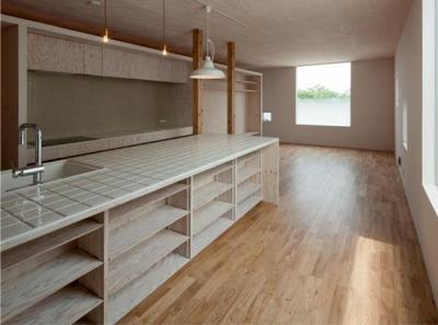 収納たっぷりのタイル天板のキッチン (『マドノイエ』~たくさんの窓がアクセント!光の集まる戸建リノベ~)