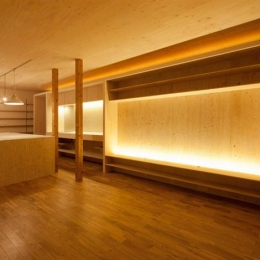 暖色系の照明が照らす温かなLDK-1 (『マドノイエ』~たくさんの窓がアクセント!光の集まる戸建リノベ~)