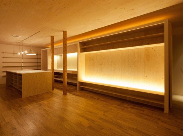 『マドノイエ』~たくさんの窓がアクセント!光の集まる戸建リノベ~の部屋 暖色系の照明が照らす温かなLDK-1