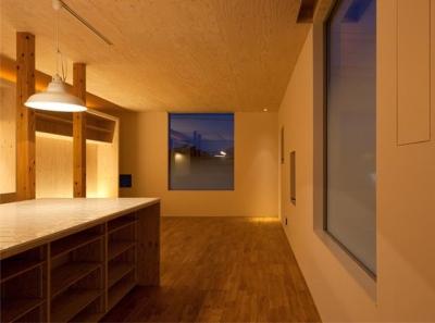 『マドノイエ』~たくさんの窓がアクセント!光の集まる戸建リノベ~ (暖色系の照明が照らす温かなLDK-2)