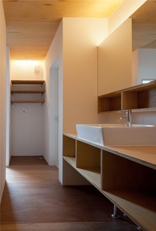 シンプルな洗面所 (『マドノイエ』~たくさんの窓がアクセント!光の集まる戸建リノベ~)