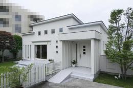 ハイサイドからの光が明るいワンフロアー間取りの住宅 (平屋建てのシンプルシャープな外観-1)