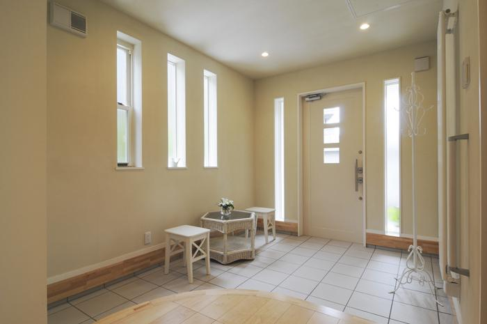 ハイサイドからの光が明るいワンフロアー間取りの住宅の部屋 接待空間にもなる広々玄関