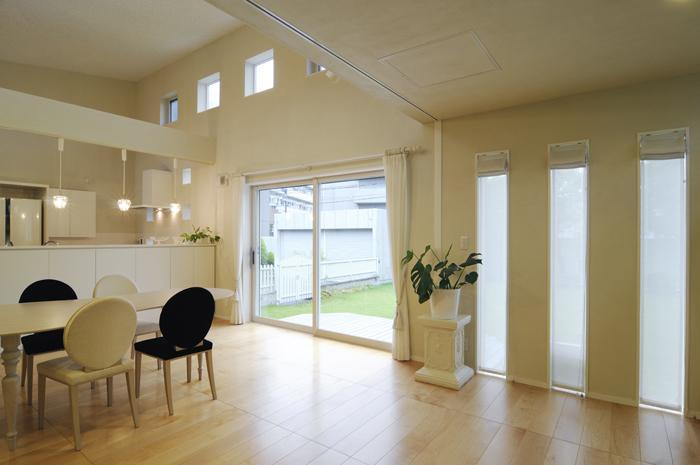 ハイサイドからの光が明るいワンフロアー間取りの住宅の部屋 吹き抜けの明るいリビングダイニング-1