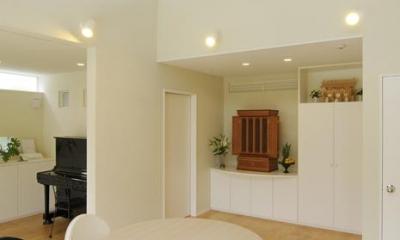 仏壇コーナーを設けたLDK|ハイサイドからの光が明るいワンフロアー間取りの住宅