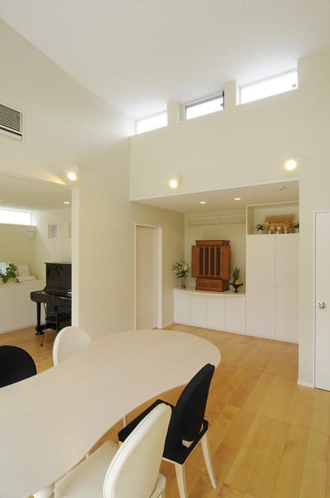 ハイサイドからの光が明るいワンフロアー間取りの住宅の部屋 仏壇コーナーを設けたLDK