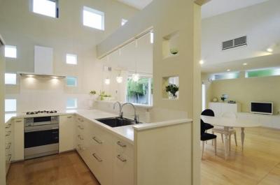 吹き抜けのU型キッチン (ハイサイドからの光が明るいワンフロアー間取りの住宅)
