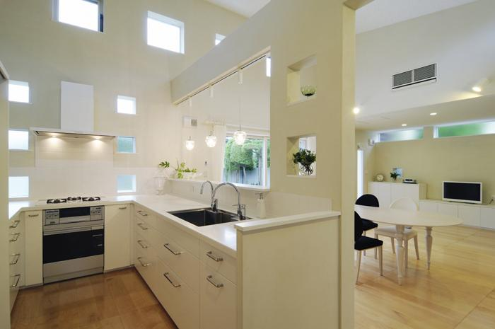 ハイサイドからの光が明るいワンフロアー間取りの住宅 (吹き抜けのU型キッチン)