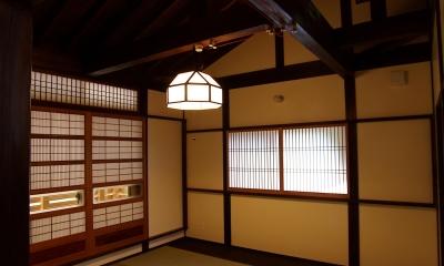 大きな吹き抜けのある木の家 (寝室)