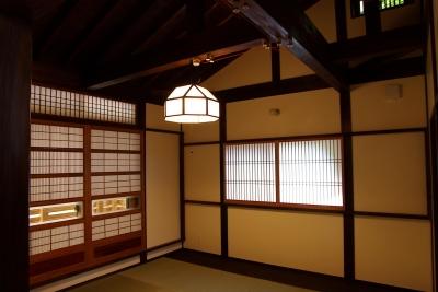寝室 (大きな吹き抜けのある木の家)