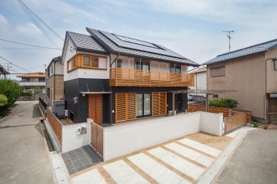 ハイブリットソーラーエコハウス (ソーラーシステムの屋根を持つモダン住宅)