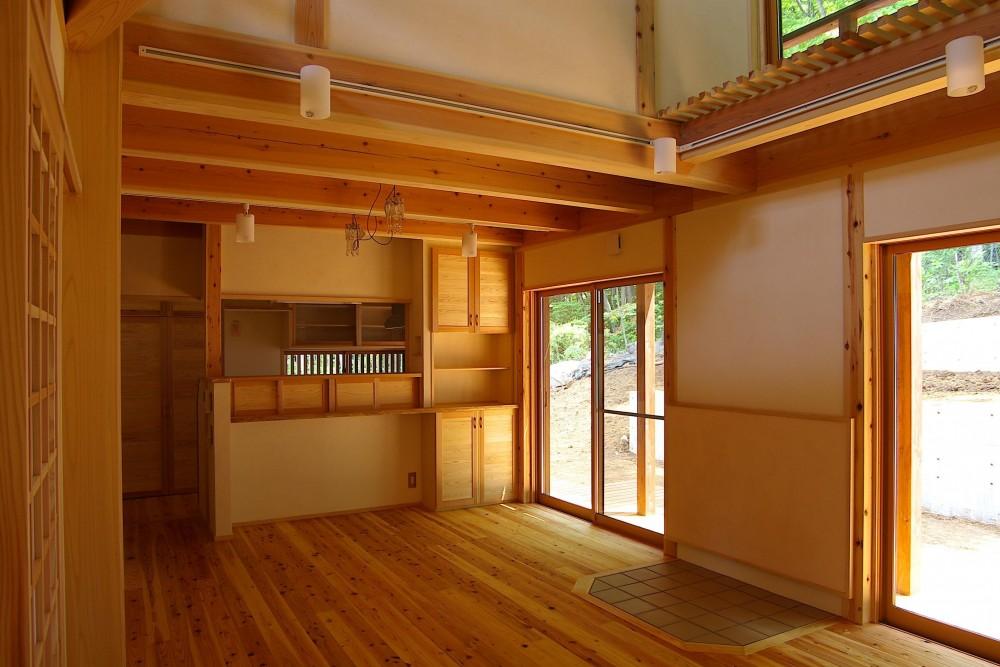 大きな吹き抜けのある木の家 (リビングダイニング)