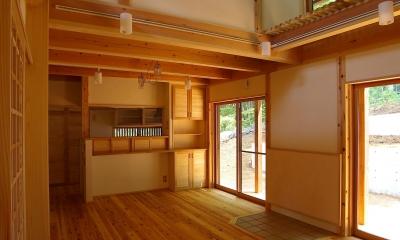 大きな吹き抜けのある木の家