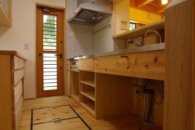 大きな吹き抜けのある木の家 (キッチン)