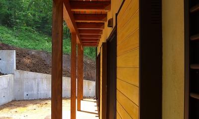 大きな吹き抜けのある木の家 (濡れ縁)