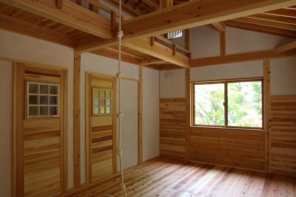 大きな吹き抜けのある木の家 (子供部屋)
