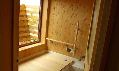 大きな吹き抜けのある木の家 (浴室)