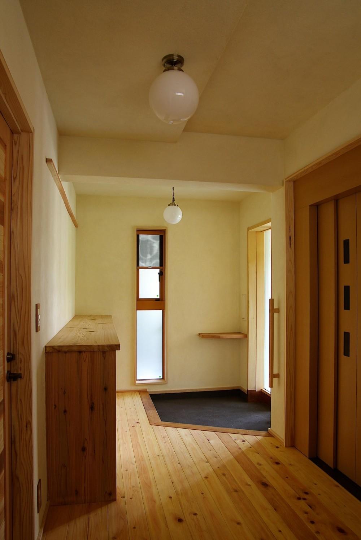 大きな吹き抜けのある木の家 (玄関)