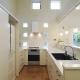 真横から見たU型キッチン (ハイサイドからの光が明るいワンフロアー間取りの住宅)