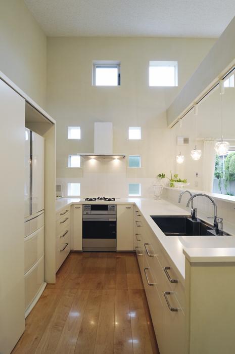 ハイサイドからの光が明るいワンフロアー間取りの住宅 (真横から見たU型キッチン)