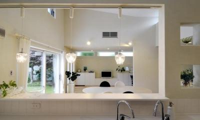 キッチンからの眺め|ハイサイドからの光が明るいワンフロアー間取りの住宅