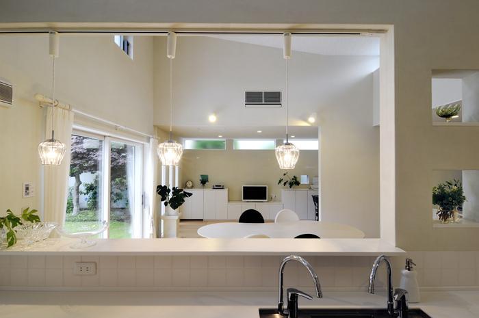 ハイサイドからの光が明るいワンフロアー間取りの住宅の部屋 キッチンからの眺め