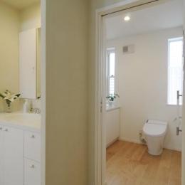 ハイサイドからの光が明るいワンフロアー間取りの住宅 (開放的なトイレ空間)