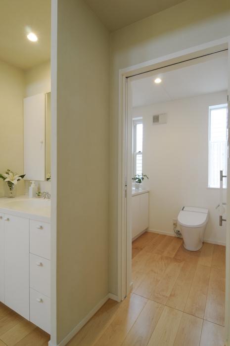 ハイサイドからの光が明るいワンフロアー間取りの住宅の部屋 開放的なトイレ空間