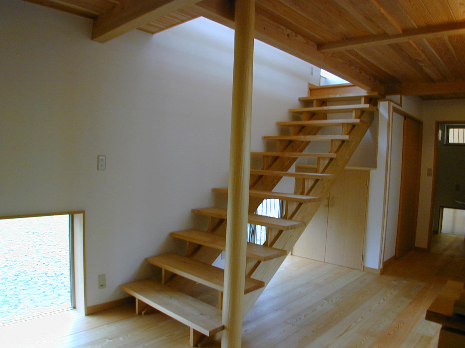 外はモダンシャープ、内はウッディな住まいの写真 無垢のストリップ階段
