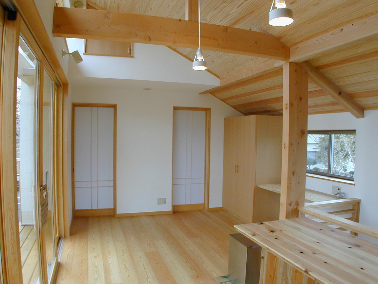 外はモダンシャープ、内はウッディな住まいの写真 明るい2階吹き抜けリビング-2