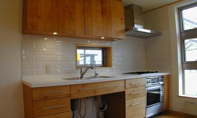 外はモダンシャープ、内はウッディな住まい (木製手造りのキッチン)