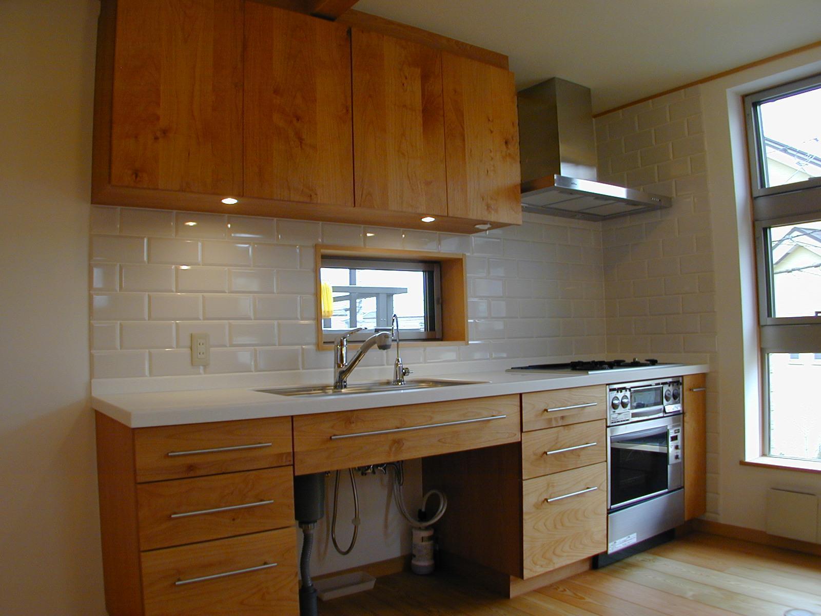 外はモダンシャープ、内はウッディな住まいの写真 木製手造りのキッチン