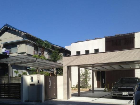外観全景事例集の写真 シャッターゲートの車庫がある家外観